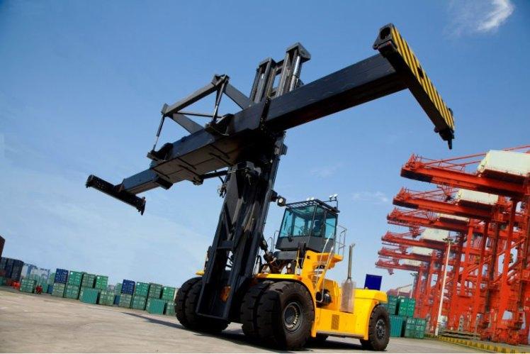 Nâng hạ container tại cảng biển