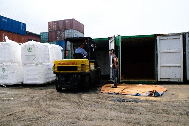 Xếp dỡ hàng hóa xuất nhập khẩu